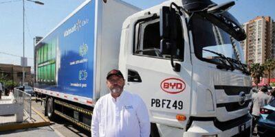 Las Últimas Noticias: Conductor de camión eléctrico está feliz de manejar sin ruido